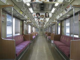 営団6000系の車内の例。製造期間が長いため内装は様々な形態がある。