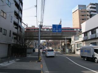 京急本線と交差。