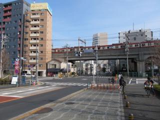 京急本線の高架橋を大井町駅側から見る。手前を横切るのは国道15号(第一京浜)。