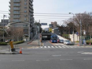 第一京浜と交差する南品川三丁目交差点から仙台坂トンネルを見る。