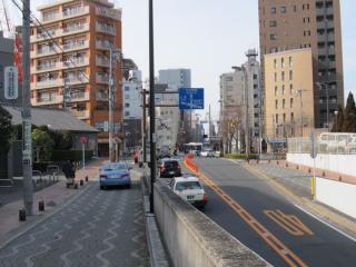 仙台坂トンネルが地上に出る地点。左端に見える木造の建物は仙台味噌醸造所。