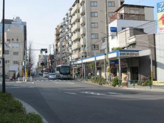 都道421号線池上通りと交差する仙台坂上交差点。