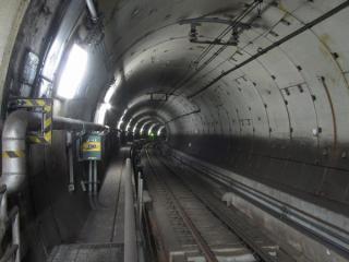 品川シーサイド駅ホーム端から見た半径185mの急カーブ。