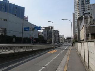 同じ場所の反対側。右側には古くから存在する工場も残る。