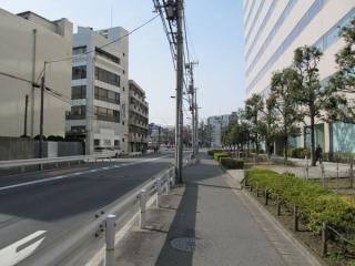八潮橋交差点の先は2車線の都道420号となる。右側は帝産観光バスの本社・車庫・社宅。
