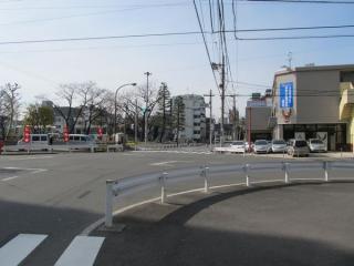 元なぎさ通りと交差する鮫洲公園前交差点。