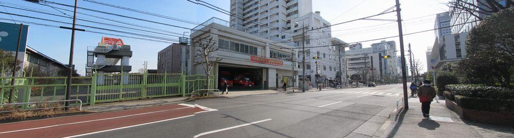 品川消防署東品川出張所前のT字路。左には京浜運河を跨ぐアーチ橋が見える。