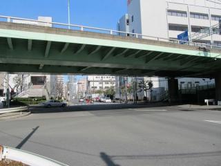 大井北埠頭橋を真下から見上げる。