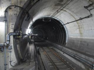 天王洲アイル駅の端から見た東品川トンネル上り線。東品川橋直下のためダクタイルセグメントである。