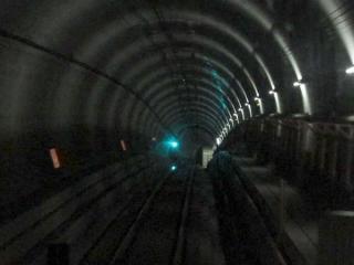 走行中の下り列車から勾配の変曲点を見る。遠方に見える明かりは品川シーサイド駅。