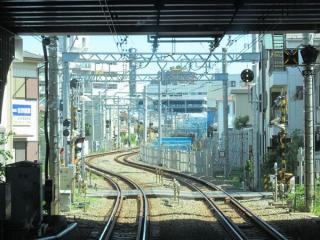 横浜新道の先にある地上・高架の接続地点。仮線のため、線路はS字に急カーブしている。