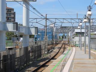 星川駅ホームから海老名方面を見る。