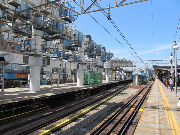 高架橋の建設が進む星川駅構内。