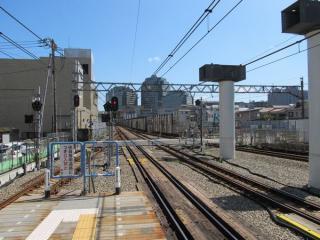 星川駅ホームから横浜方面を見る。