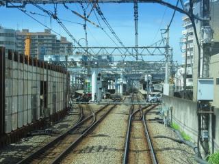 上り列車の後部から星川駅構内を見る。