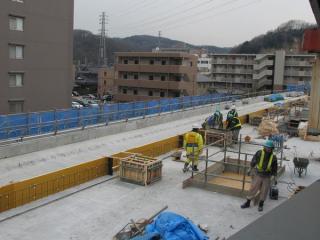 改札内の跨線橋から建設中の高架橋を見る。床面はほぼ完成しているようだ。