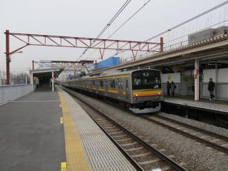 南多摩駅のホームと停車中の立川行き205系電車。