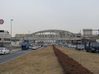 矢野口駅の東側で交差する鶴川街道。