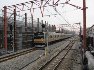 発車した立川行き電車。上下線の間に引き上げ線がある。