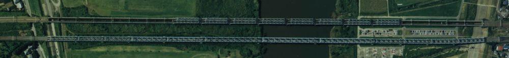 1989年の常磐線利根川橋梁の航空写真。上側の橋梁が架け替え対象の快速線。右が取手駅方向