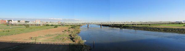 北側を通る国道6号線大利根橋から見た常磐線利根川橋梁