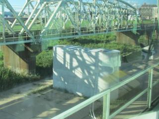 緩行線の列車内から見た橋脚