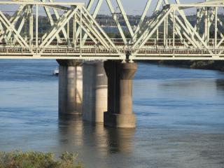 大利根橋から見た橋脚。中央が新橋梁の物で、奥の緩行線と物と同一線上にあることがわかる。