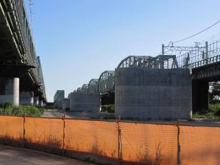 今回訪問時の同じ場所。手前側にも橋脚ができ、奥にはトラス橋が姿を現した。