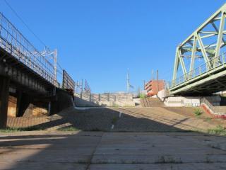 今回訪問時の同じ場所。コンクリート製の橋台が埋め込まれた。