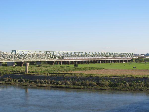 国道6号線大利根橋から架設が完了した上野方のトラス橋を見る。手前のE531系は上り列車。