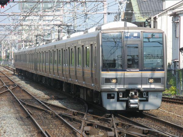 JR神戸線を走行中の207系