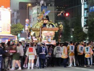 2011年10月30日に行われた東日本大震災復興鎮災祈願神輿渡御祭で中央通りを練り歩く神輿。