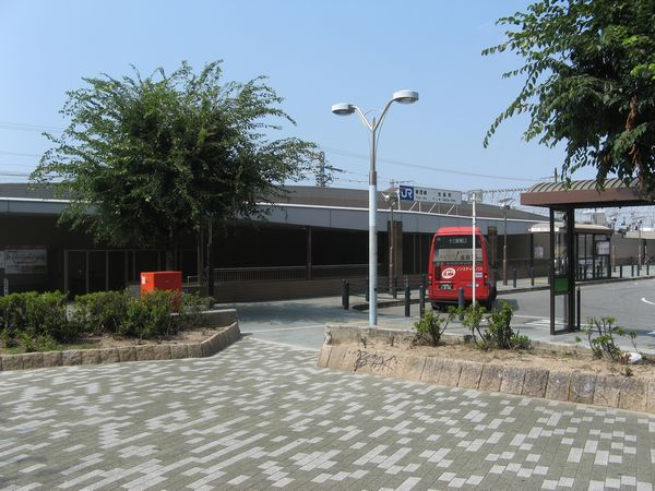 駅前ロータリーと加島駅出口2
