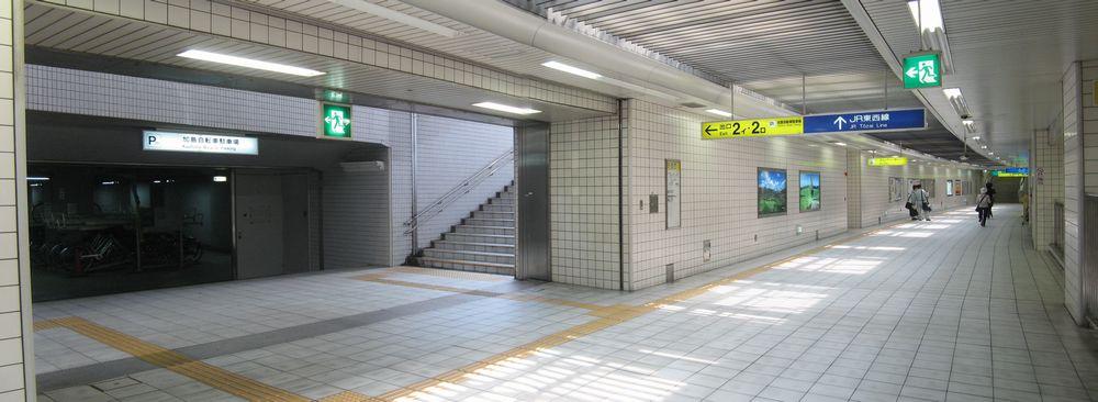 地下1階コンコースと加島自転車駐車場入口