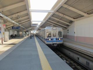 梅屋敷駅の上り(高架)ホーム。大森町駅と同様高架化完成時から変化はない。