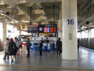 京急蒲田駅の2階ホームに新設された案内カウンター
