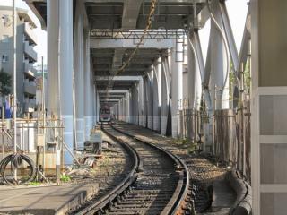 旧上り線の線路とポイントが撤去された空港線