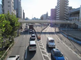 第一京浜には将来駅舎とロータリーを接続する歩道橋が建設された