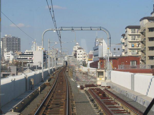 下り線の取り付け高架の建設が進む京急蒲田駅横浜方。