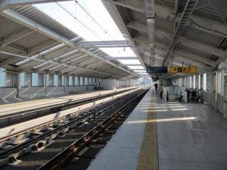 雑色駅の地上にある上り線の改札内コンコース。柵の向こう側が下り線の線路とホーム。