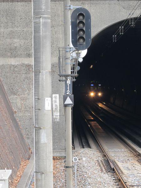 ATCの使用開始により消灯した信号機。足元にはATCの軌道回路境界標識(9と書かれた標識)が追加されている。