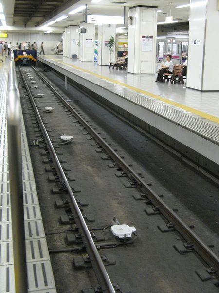 京王線新宿駅の車止め手前にある速度照査用地上子