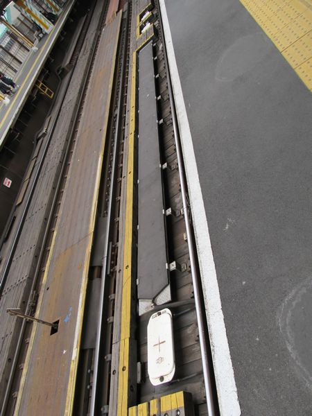 調布駅構内にある誤出発防止用地上子(黒色の細長い板)