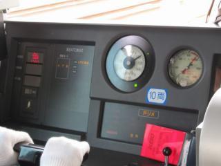 京王ATC作動中の運転台。左のモニタは列車種別、ATCの動作状況、停車駅接近時の表示を行う。