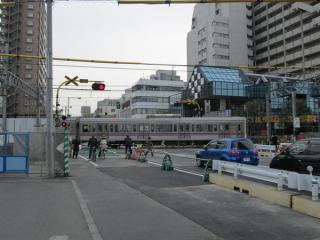 国領駅西側にあった狛江通りの踏切。