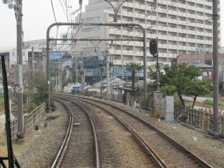 国領~布田間の状況(上り列車の前面展望)。シールド工法のため地上で特に作業は行われていない。