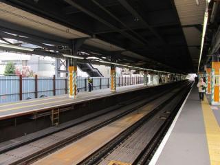調布駅構内の様子。