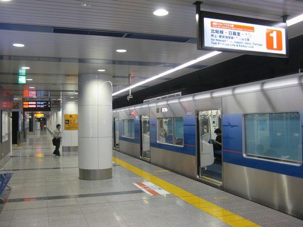 成田空港駅のアクセス特急専用ホーム(1番線)に停車中の3050形