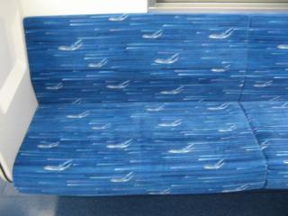座席のモケットにも航空機が描かれている。
