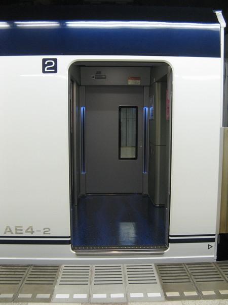 AE形の乗降ドアとデッキ